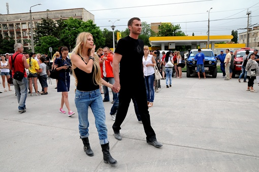 Виктор и Ольга прогуливаются перед началом парада спортивной техники. Фото: Виталий ПАРУБОВ