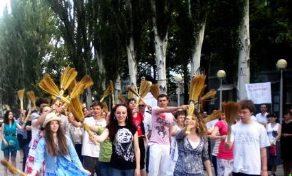Активисты с вениками. Фото: соцсети.