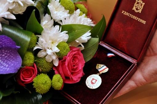 Помимо цветов певице вручили медаль и удостоверение. Фото: Виталий ПАРУБОВ.