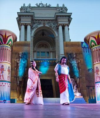 В прошлом году площадку у театра стилизировали под оперу