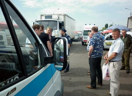 Стихийные торговцы овощами избили ремонтников за то, что те попросили передвинуть машину. Фото: пресс-служба ПАО