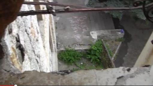 Девочки выбежали на балкон, чтобы посмотреть на эту надпись.   Фото: стоп-кадр из видео