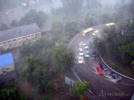 Дороги заливало потоками воды. Фото: Думская
