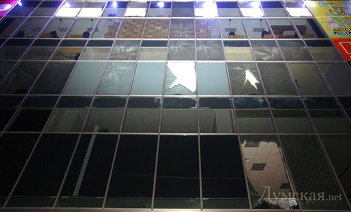 Разбитые ветром стёкла в ТЦ