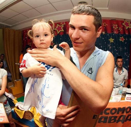 Виктория Классина разделила первенство среди спортсменов старше года и получила футболку с автографом Лободы. Фото: Павел ДАЦКОВСКИЙ