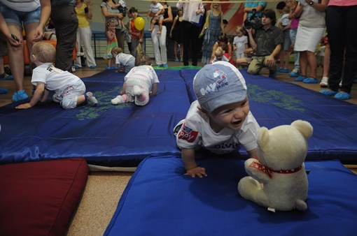 В качестве приманки родители взяли на забег любимые игрушки своих детей. Фото: Павел ВЕСЕЛКОВ.