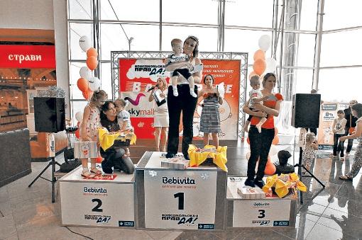 Алеша к финишу, по просьбе родителей, приполз, как кошечка. И стал победителем!  Фото: Олег ТЕРЕЩЕНКО.