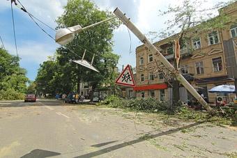 Упало 18 осветительных столбов.