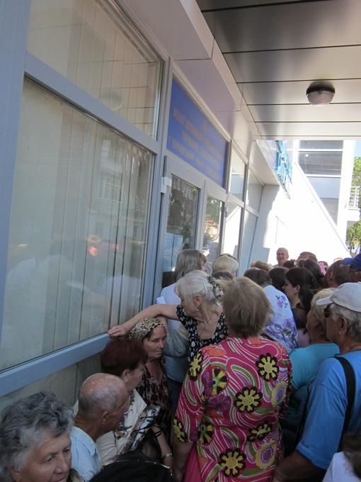 Народ в толпе с надеждой прислушиается к перекличками. Фото: автора