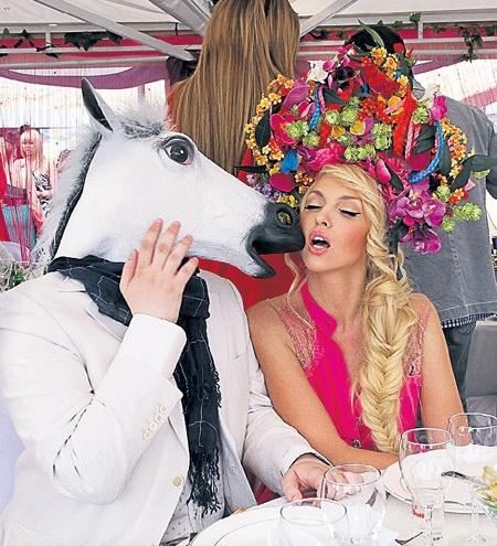 Картинки по запросу фото оли поляковой с конем