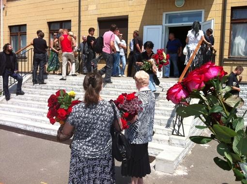 Родственники и друзья прощаются с пилотом. Фото автора.
