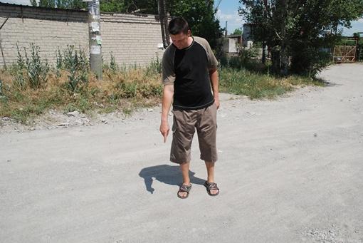 Владимир показывает место, где его сменщика атаковали псы Фото: Анастасия Кандыбей