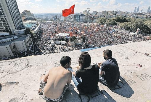 Типичная картинка с площади Таксим: турецкий креативный класс требует отставки властей, веселясь и попивая пиво.  Фото: РЕЙТЕР.