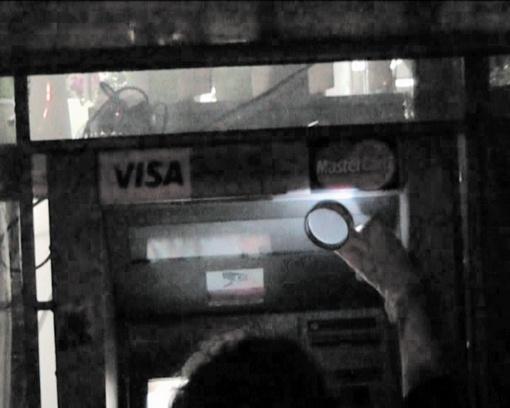 Камеру на банкомате долго никто не замечал.