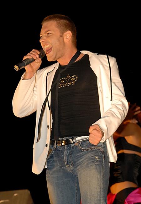 На сцене певец всегда счастлив. Фото с официального сайта Андрея Кравчука.