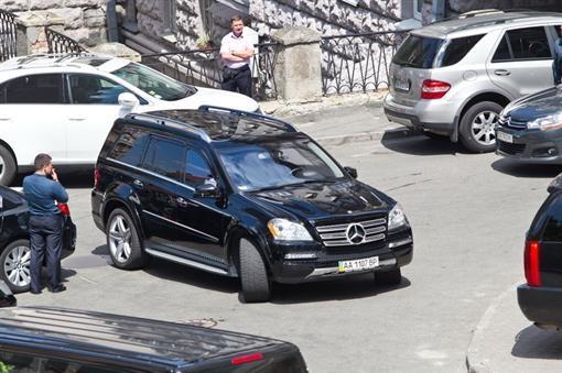 К одиннадцати часам на улице не было места для парковок. Фото: Максим ЛЮКОВ