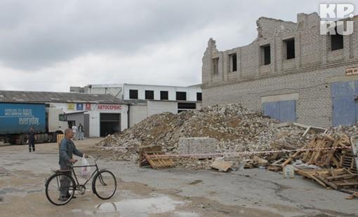 Работы по сносу дома сейчас приостановлены. Липчане приходят сюда, чтобы своими глазами увидеть место трагедии. Фото: Юрий КРИВОРУЧКО