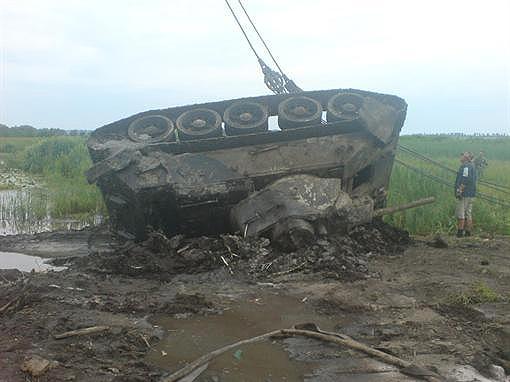 Кто-то ищет монетки, а кто-то танки. Такой экземпляр удалось вытащить из болота.