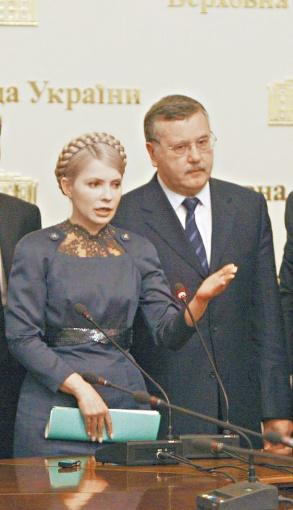 Анатолий Гриценко уверяет, что до ареста Юлии Тимошенко контактировал с ней без проблем. Но, поскольку сегодня физически попасть к ней могут только защитники и помощники, редкое общение происходит в письменной форме. Фото: УНИАН.