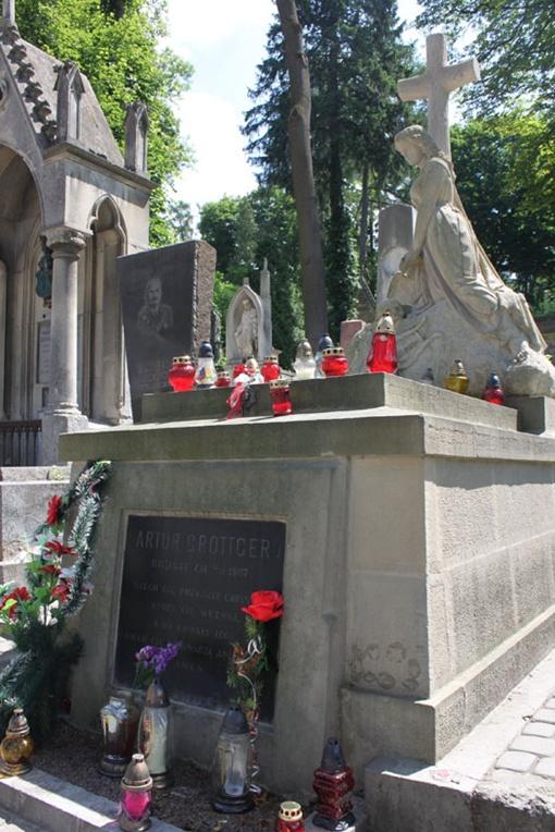 На могилу Артура Гротгера львовские влюбленные приносят живые цветы.