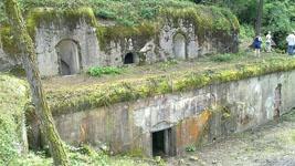 Местные жители утверждают, что по разваленным казематам оборонных фортов бродят души погибших воинов.