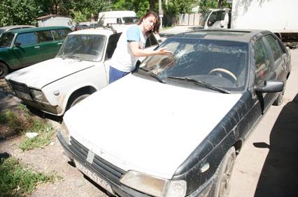 У машины лидера организации разбито стекло. Фото: Максим Войтенко и Елена Джесс.