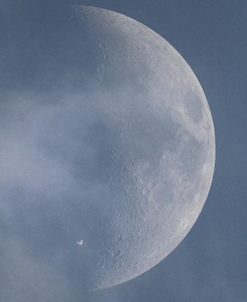 МКС на фоне Луны выглядит таинственно. Фото: Maximilian Teodorescu