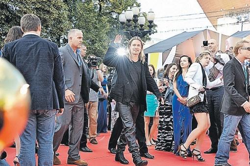 Брэд Питт на открытии ММКФ проявил себя милейшим парнем: фотографировался с фанатами, жал руку всем желающим и радостно принимал сувениры. Фото: Анатолий ЖДАНОВ.