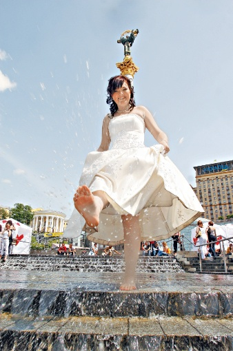 Столичных невест не пугает даже жаркая погода. Фото: Максим ЛЮКОВ.
