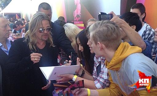 Поклонники таланта Брэда Питта пользуются возможностью взять автограф у звезды. Фото: ЛАПТЕВА Елена.