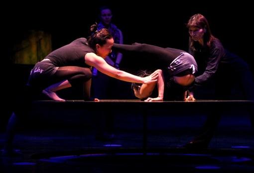 Под руководством хореографа девушки совершенствуют технику номера. Фото: Павел ДАЦКОВСКИЙ