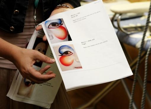Инструкция для самостоятельного нанесения грима. Такая есть у каждого артиста. В этой – 21 подробно расписанный этап. Фото: Павел ДАЦКОВСКИЙ