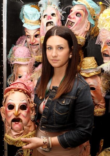 Пресс-секретарь Alegria Ванесса Наполи рассказывает, как изготавливаются маски героев шоу –
