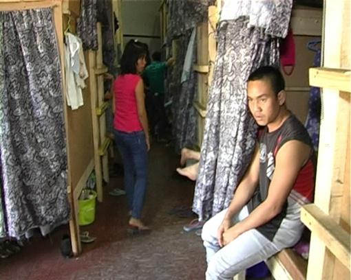 Иностранцы жили в узких ячейках по два-три человека.