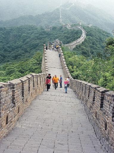 Великая Китайская стена. Строилась более тысячи лет. Принимает до 40 миллионов туристов в год.