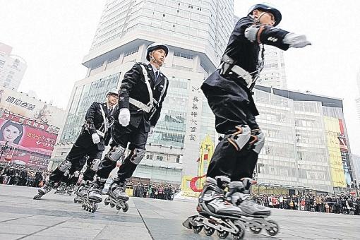 Это не цирковое шоу. Это полицейские в Чунцине показывают свое мастерство патрулирования городских улиц на роликах. Фото: globallookpress.com.