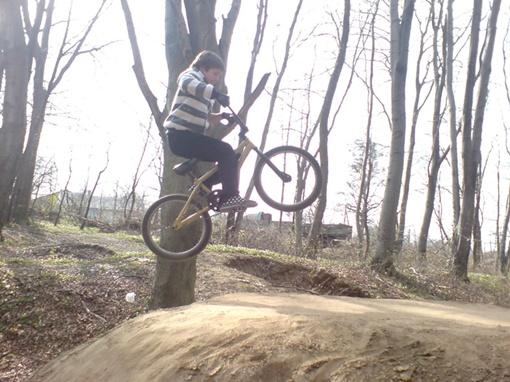 В велотриале спортсмены могут показывать всевозможные трюки.