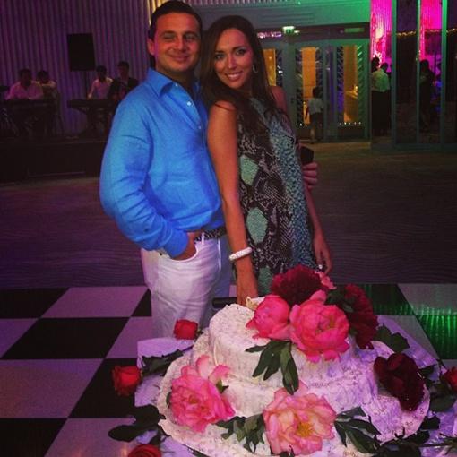 Алсу с мужем Яном. Певица угощала близких тортом с пионами и жемчужинами. Фото Instagram Алсу.