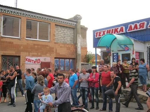 Толпа людей снова собралась на митинг у разгромленного накануне райучастка милиции. Фото: Денис Корнышев