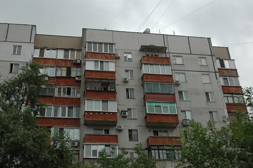 Предположительно стрельбу вели  с последнего этажа зданияж. Фото Константина БУНОВСКОГО