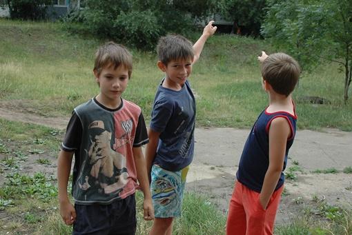 Детвора стоит на месте где их застал выстрел, показывая откуда он прозвучал. Фото Константина БУНОВСКОГО