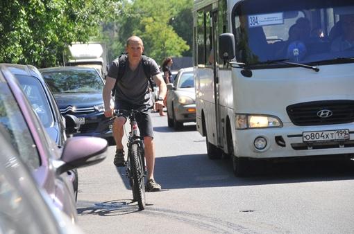 Курьерами обычно нанимают молодых парней с личным автомобилем или велосипедом. Фото: автор и архив