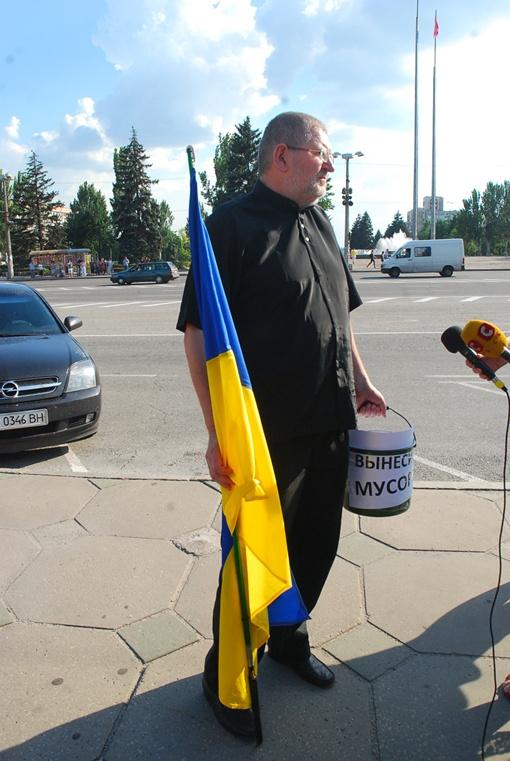 Запорожцы призывают вынести мусор. Фото: Роман Коржук.