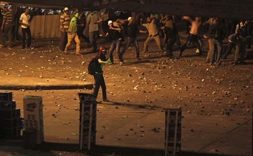 Сначала дрались палками и камнями... Фото: REUTERS
