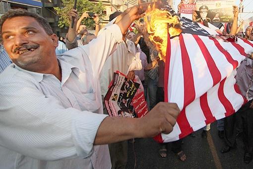Над американским флагом протестующие египтяне измывались по-разному. Фото: Александр КОЦ, Дмитрий СТЕШИН