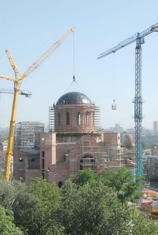 25-тонную конструкцию подняли на высоту 40 метров. Фото: пресс-служба Донецкой епархии УПЦ-МП.