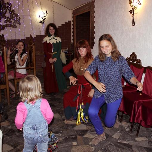 Средневековые танцы не каждому даются.
