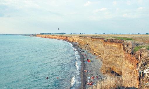 На диких пляжах в Николаевке людей меньше, однако есть угроза обвала грунта. Фото: ark.gov.ua
