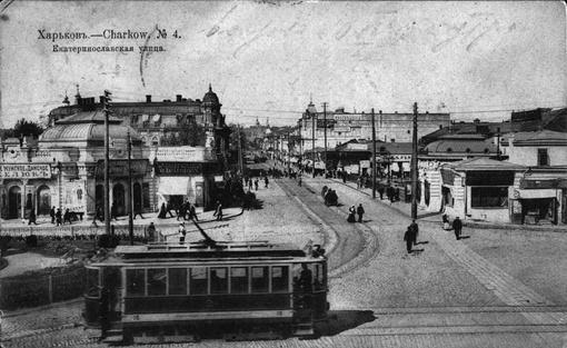 У вокзала выстраивались очереди на трамвай