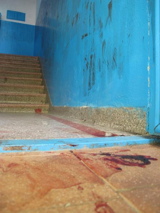 В подъезде, где ночью напали на мэра Феодосии, все испачкано кровью.  Фото: kafanews.com